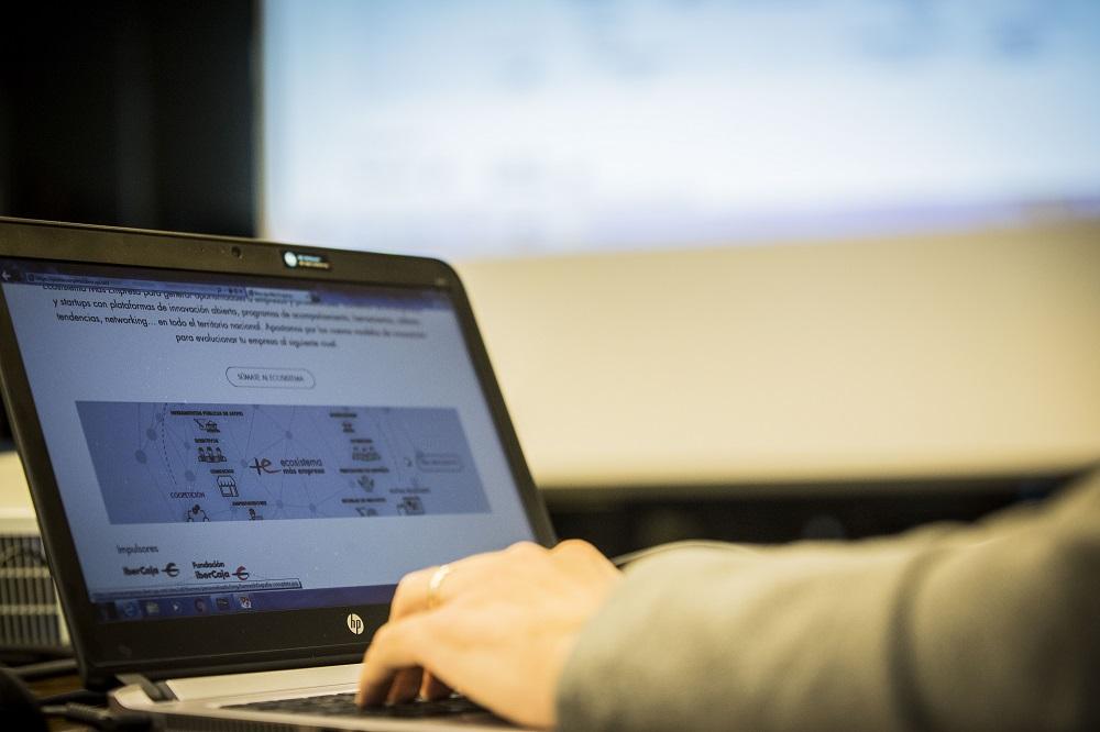 Un curso enfocado aintroducir en el mundo de la informática a aquellas personas que desean iniciarse: conocer las diferentes partes del ordenador, manejar el sistema operativo Windows, usar internet y, fundamentalmente, aprender a desenvolverse de manera fluida con el ordenador.